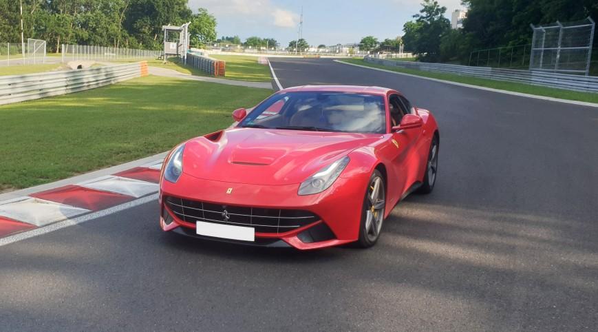 Ferrari F12 Berlinetta autóvezetés KakucsRing 3 kör