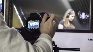 Éneklés egy profi hangstúdióban, videóklippel