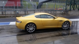 Aston Martin DB9 450 LE autóvezetés Euroring 4 kör+Ajándék Videó