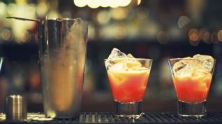 Koktél vagy alkolholos ital készítése a sötétben pároknak