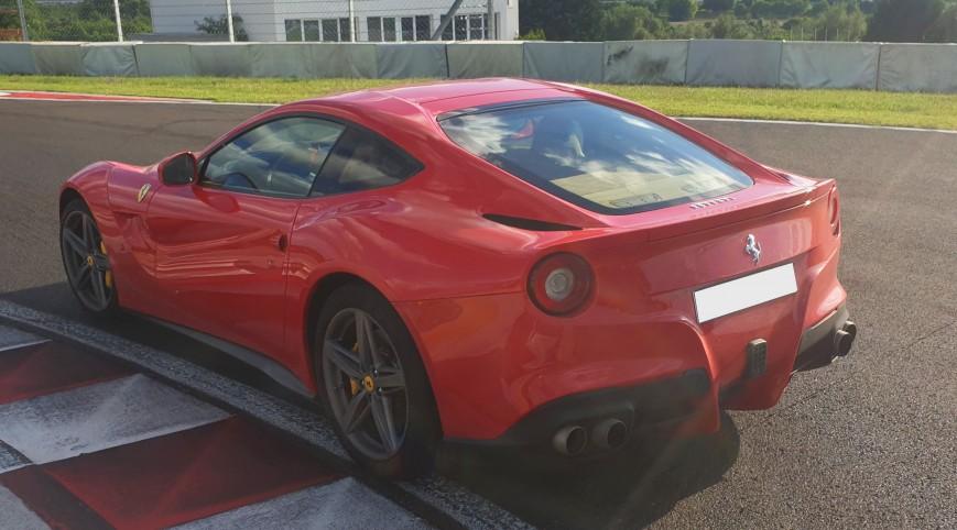 Ferrari F12 Berlinetta élményvezetés KakucsRing 8 kör